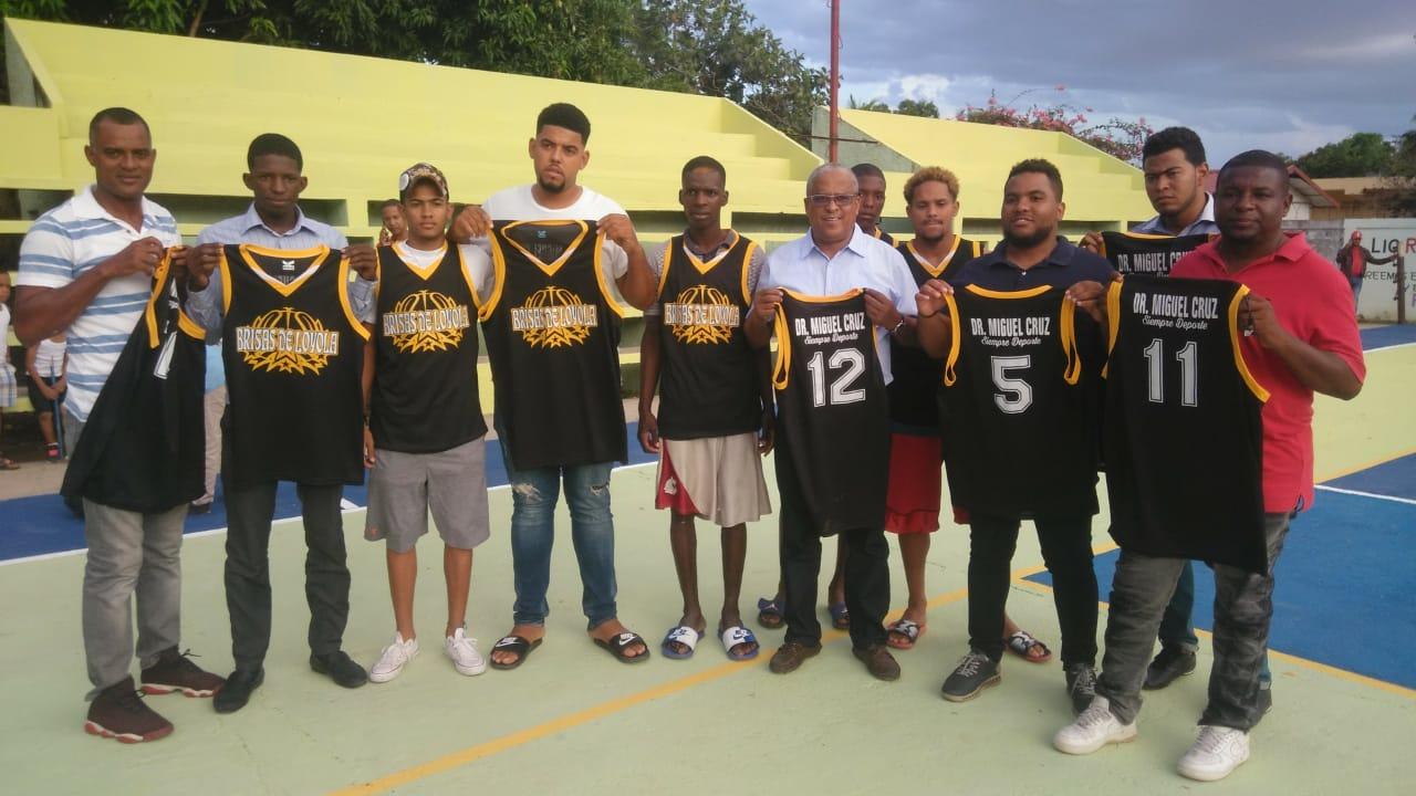 Alcalde municipal de Dajabón entrega uniformes deportivos a equipo de baloncesto