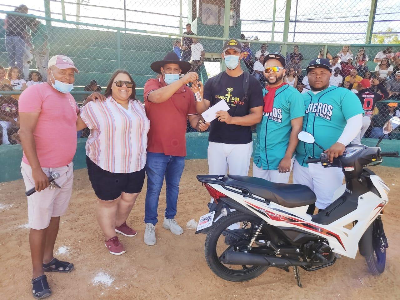 Alcalde Santiago Riverón entrega motocicleta número 12 a entrenador deportivos.