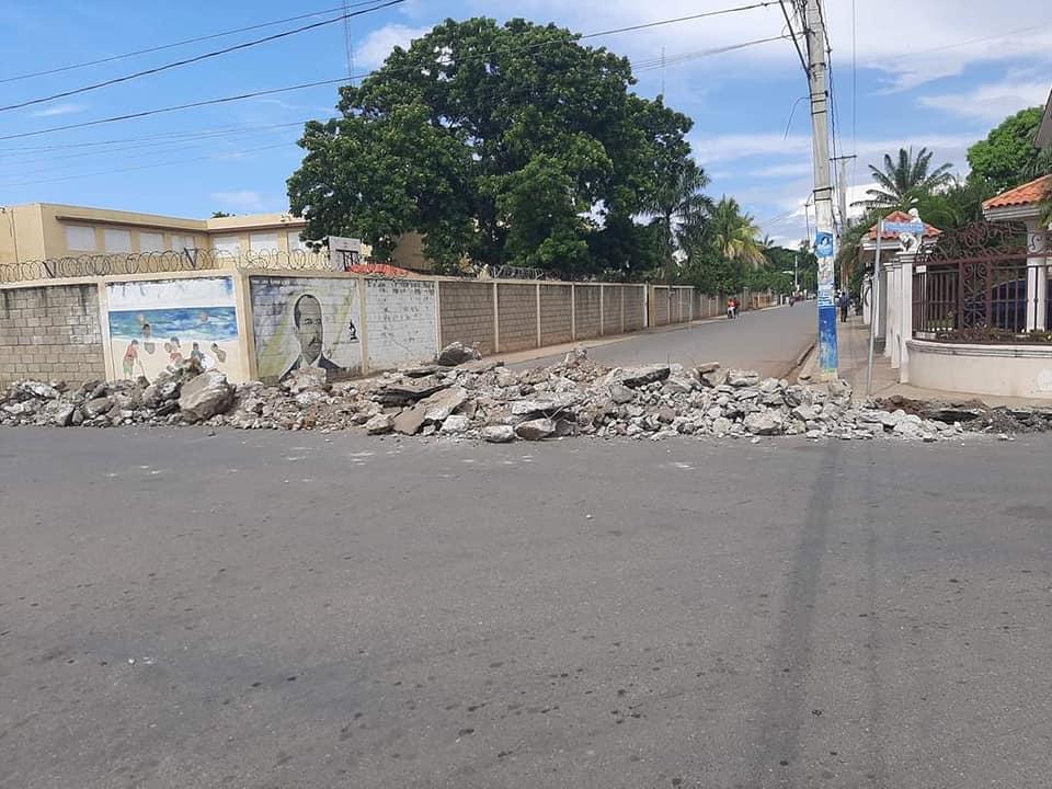 Alcaldía municipal inicia reparación de Badén C/Presidente Henrique con profesor Emilo Batista